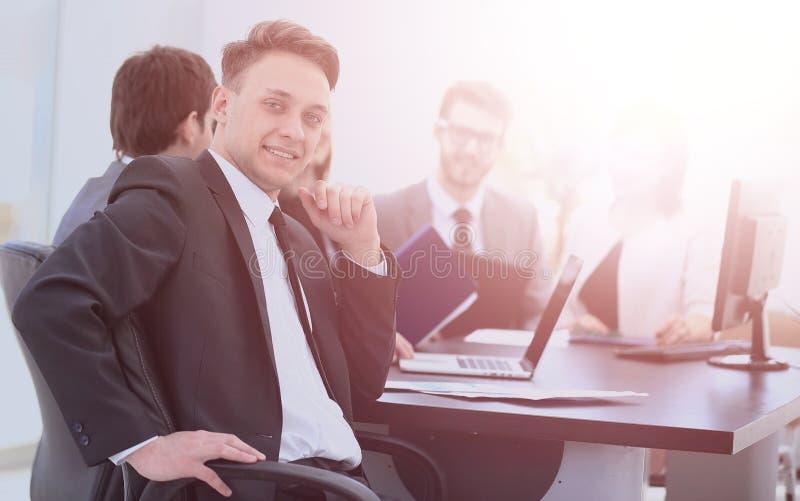 Le chef des finances dans le lieu de travail et les affaires teams le travail dessus photos libres de droits