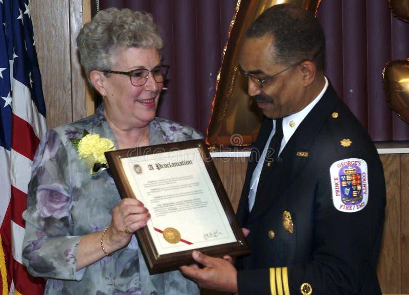 Le chef des pompiers de County de prince George donnent une récompense au membre d'a des dames l'ADI auxilary du département de l photos stock
