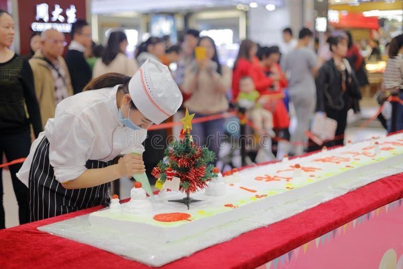 Le chef féminin chinois a fait le long gâteau crème superbe, l'adobe RVB photo libre de droits