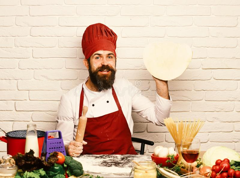 Le chef fait la pizza Concept de procédé de cuisson Cuisinier avec le visage enthousiaste photos libres de droits