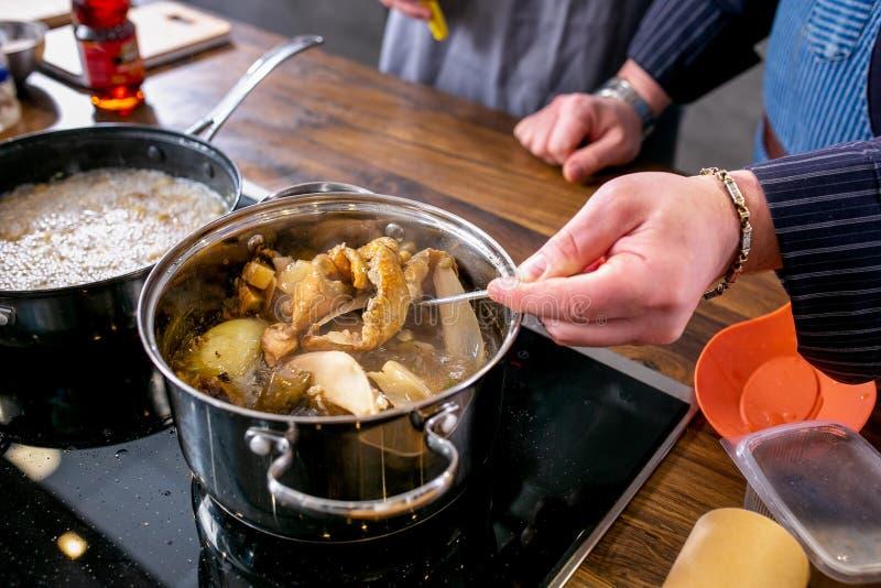 Le chef mélange des champignons dans une casserole Classe principale dans la cuisine Le processus de la cuisson Point par point d photographie stock