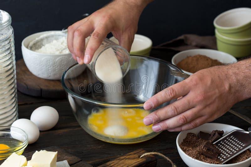 Le chef mélange des ingrédients pour faire le dessert de chocolat image stock