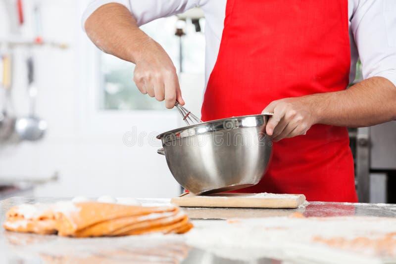 Le chef Mixing Batter To préparent des pâtes de ravioli dedans photo libre de droits