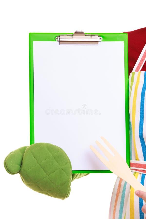 Le chef montrant le presse-papiers avec le blanc vide pour le texte a recommandé le menu image libre de droits