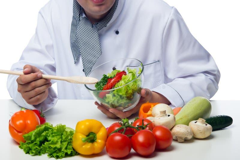 Le chef montre sa salade végétale cuite photos libres de droits