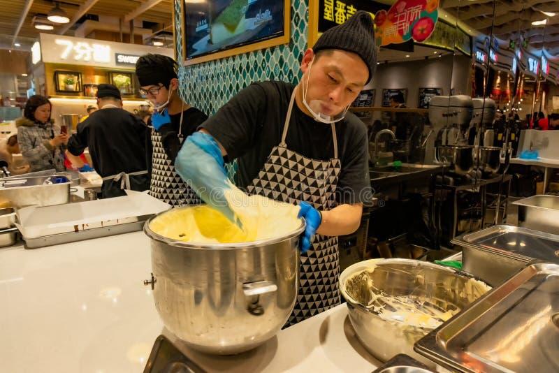 Le chef pâtissier prépare les ingrédients pour les gâteaux images libres de droits