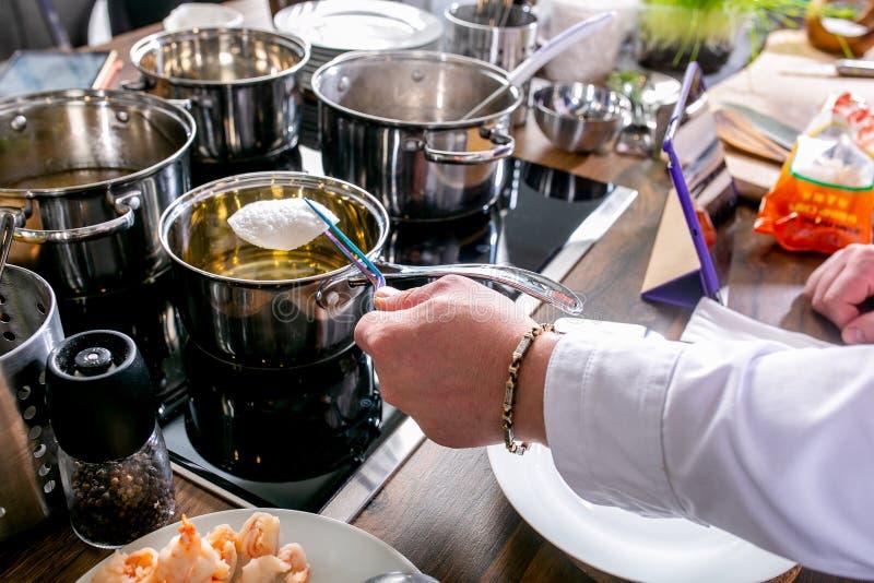 Le chef prépare des ingrédients pour le thon tartare Classe principale dans la cuisine Le processus de la cuisson Point par point photographie stock libre de droits