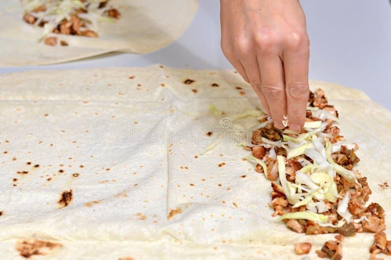 Le chef prépare le doner de shaurma, aliments de préparation rapide de restaurant de concept photos libres de droits