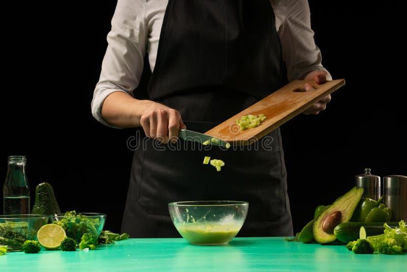 Le chef prépare frais vert frais diététique, detox Nutrition, régime et sport sains et propres Fond pour la conception image libre de droits