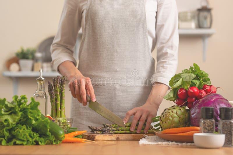 Le chef prépare l'asperge, avec des légumes sur un fond clair Le concept des aliments sains et sains de perte, savoureux et photographie stock