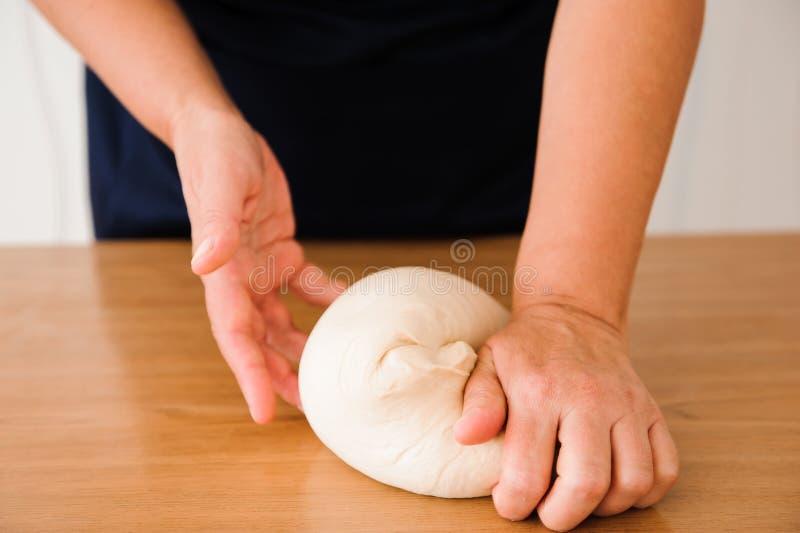 Le chef prépare la pâte - le processus de faire la pâte dans la cuisine photos stock