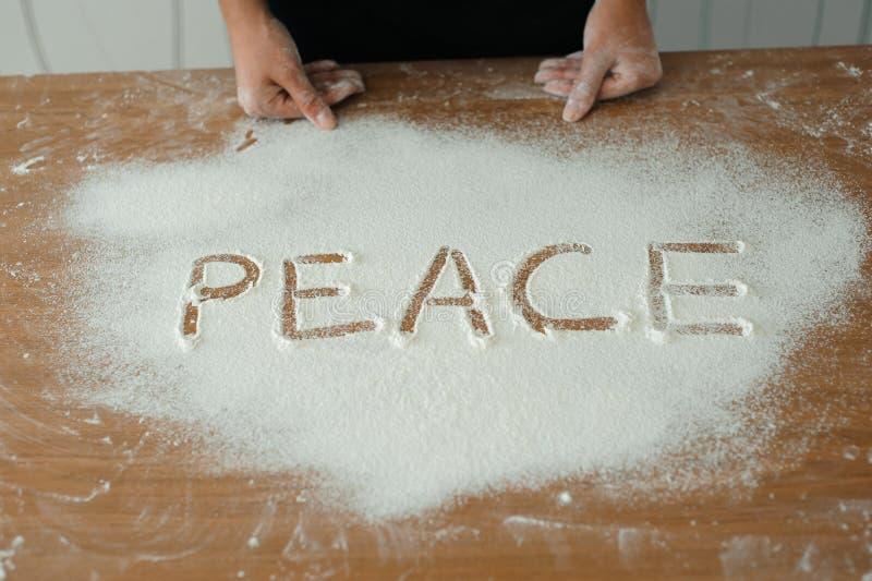Le chef prépare la pâte - le processus de faire la pâte dans la cuisine images libres de droits