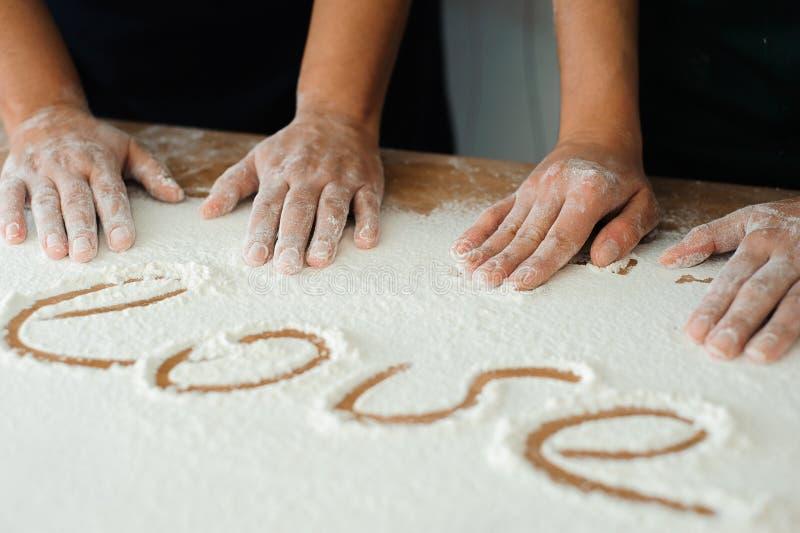 Le chef prépare la pâte - le processus de faire la pâte dans la cuisine photo libre de droits
