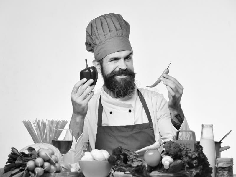 Le chef prépare le repas Concept de procédé de cuisson Homme avec la barbe photos stock