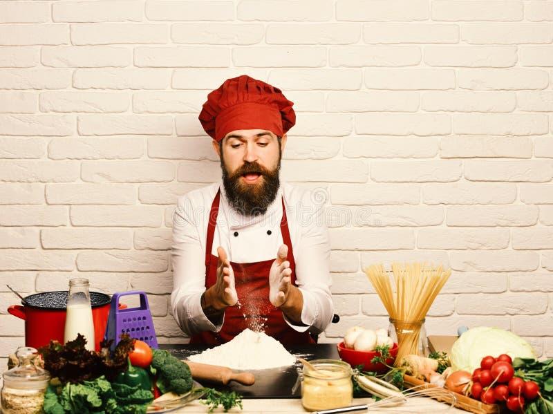Le chef prépare le repas Concept de procédé de cuisson Homme avec la barbe images stock