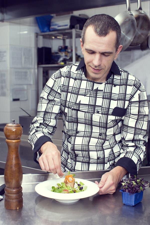 Le chef prépare un repas photo libre de droits
