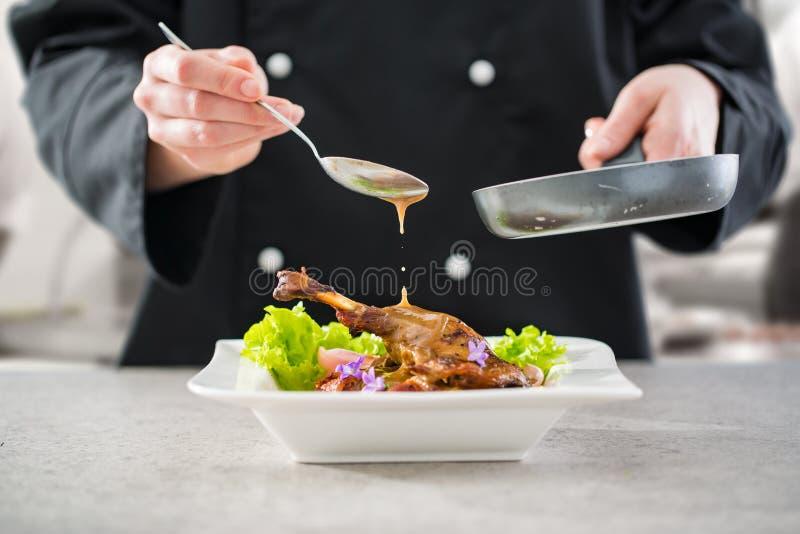 Le chef prépare un repas gastronomique images stock
