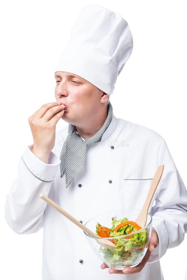 Le chef professionnel a préparé une salade délicieuse, montrant le geste images libres de droits