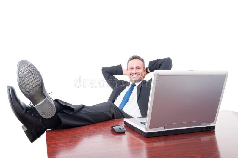 Le chefen som kopplar av på kontoret arkivfoton