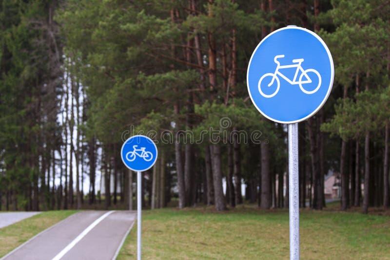 Le chemin de bicyclette signe dedans un parc photographie stock