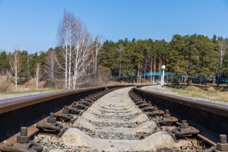 Le chemin de fer des enfants vit une vraie vie de transport dans un parc naturel en Russie photographie stock
