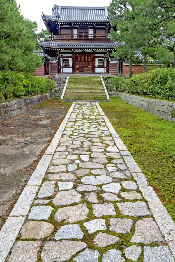 le chemin et les escaliers en pierre m nent une maison japonaise photo stock image 57890352. Black Bedroom Furniture Sets. Home Design Ideas