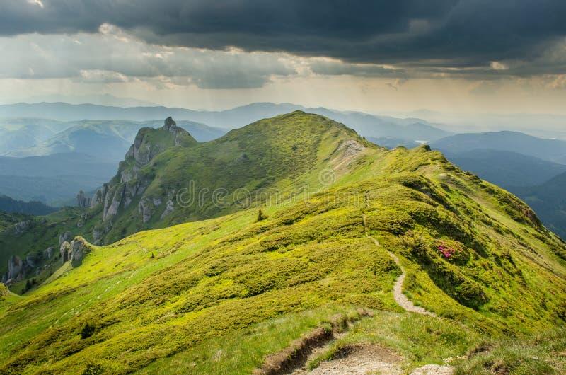 Le chemin menant au dessus de la montagne images stock