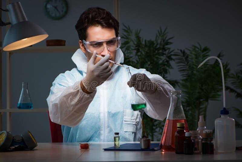 Le chercheur de drogue de médecine travaillant dans le laboratoire photos stock