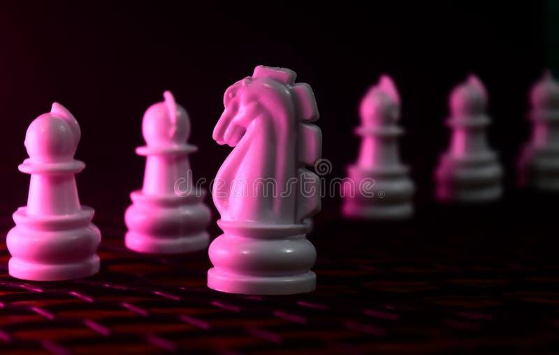 Le cheval la pièce d'échecs avec des soldats d'échecs a placé la photographie de fond image stock
