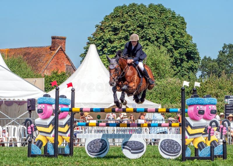 Le cheval sautant une barrière à l'exposition de campagne de Hanbury, Angleterre photo stock