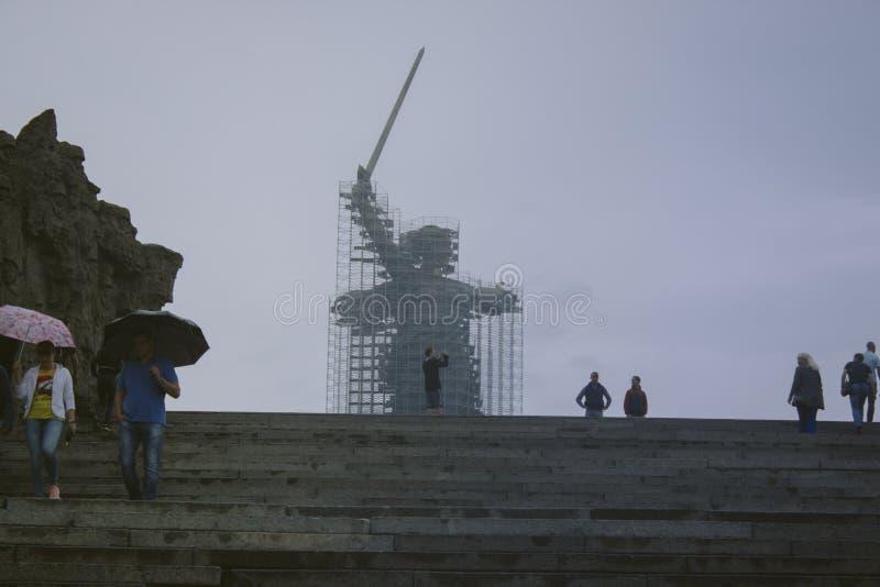 """Le chiamate della patria del monumento """"sulla collina di Mamayev è nell'ambito di ricostruzione immagini stock"""