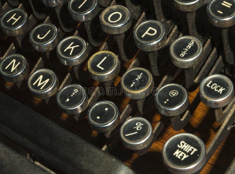 Le chiavi antiche della macchina da scrivere si chiudono su fotografia stock
