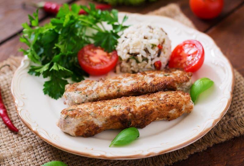 Le chiche-kebab haché de Lula a grillé le poulet de dinde avec du riz images libres de droits