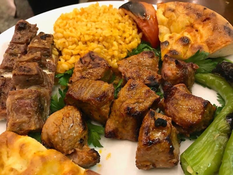 Le chiche-kebab Shish d'agneau a servi avec du riz de bulgur Pilav/pilaf photos stock