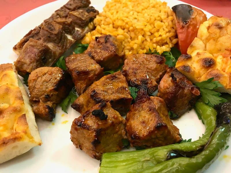 Le chiche-kebab Shish d'agneau a servi avec du riz de bulgur Pilav/pilaf photo libre de droits
