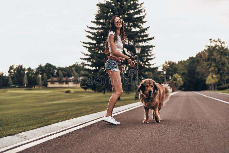 Le chien la rend heureuse ! images libres de droits