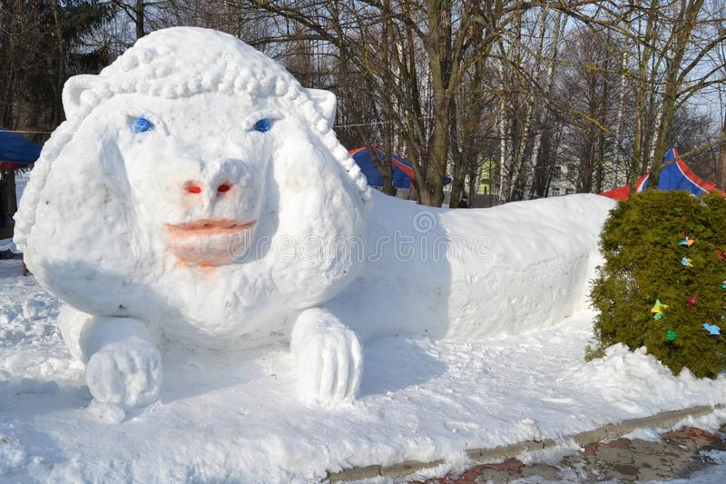 Le chiffre d'un lion est fait en neige images libres de droits