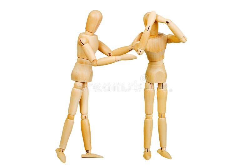 Le chiffre humain en bois de statuette d'homme fait à des expériences de montux l'action émotive sur un fond blanc photographie stock