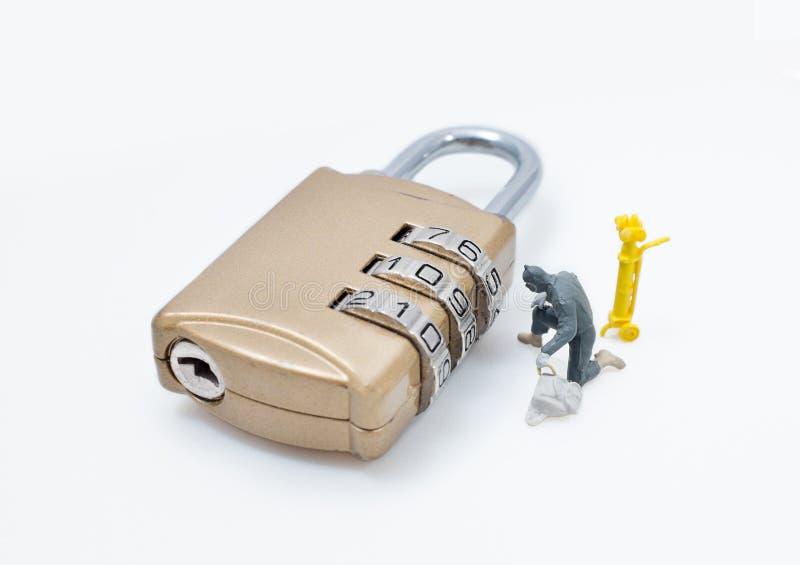 Le chiffre miniature concept d'homme de voleur volent des données photo stock