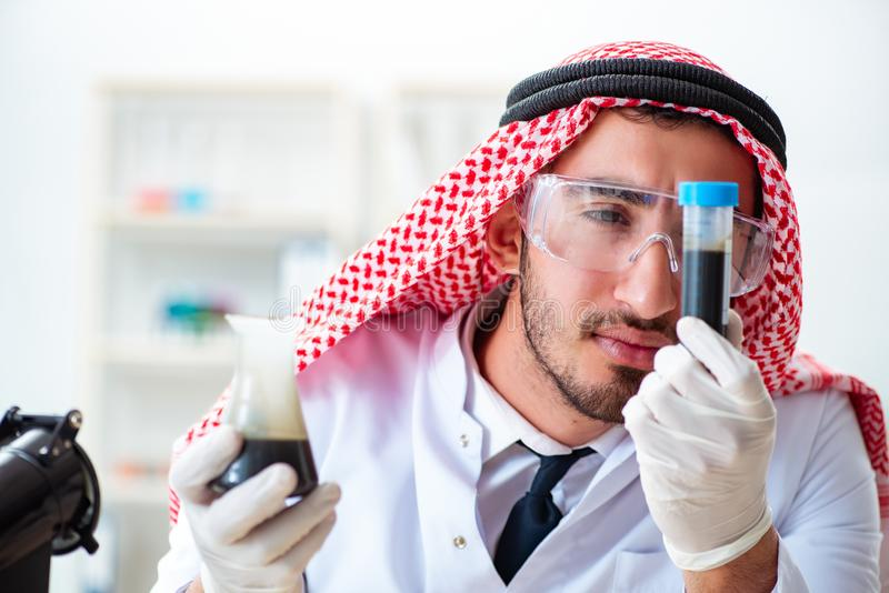 Le chimiste arabe travaillant dans le bureau de laboratoire image libre de droits