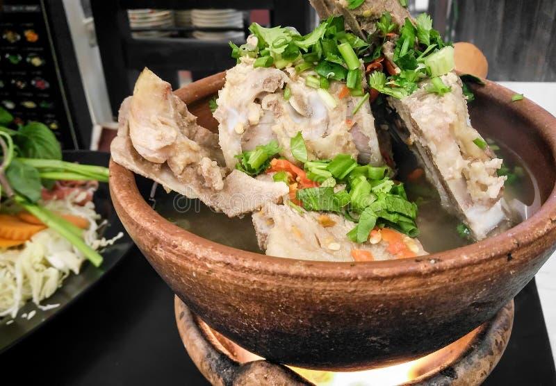 Le chinois traditionnel a dénommé le porc Rib Soup Served dans un arc en céramique image libre de droits