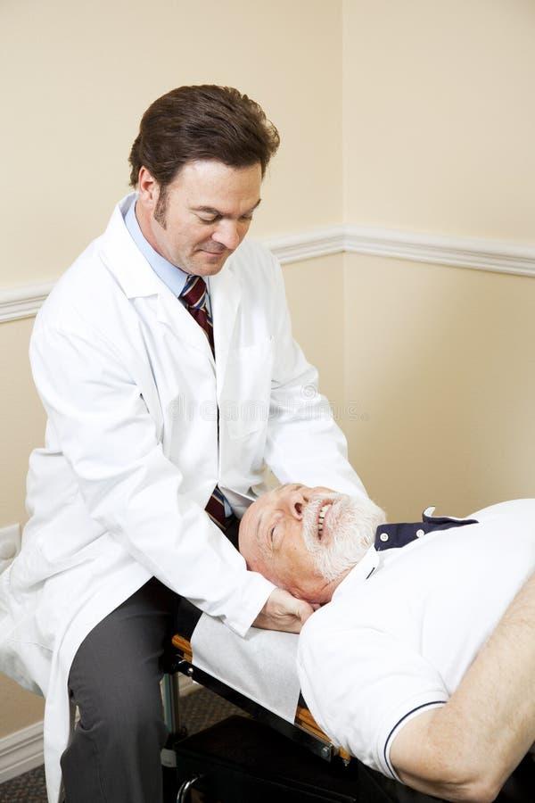 Le chiroprakteur détend la douleur cervicale photographie stock libre de droits