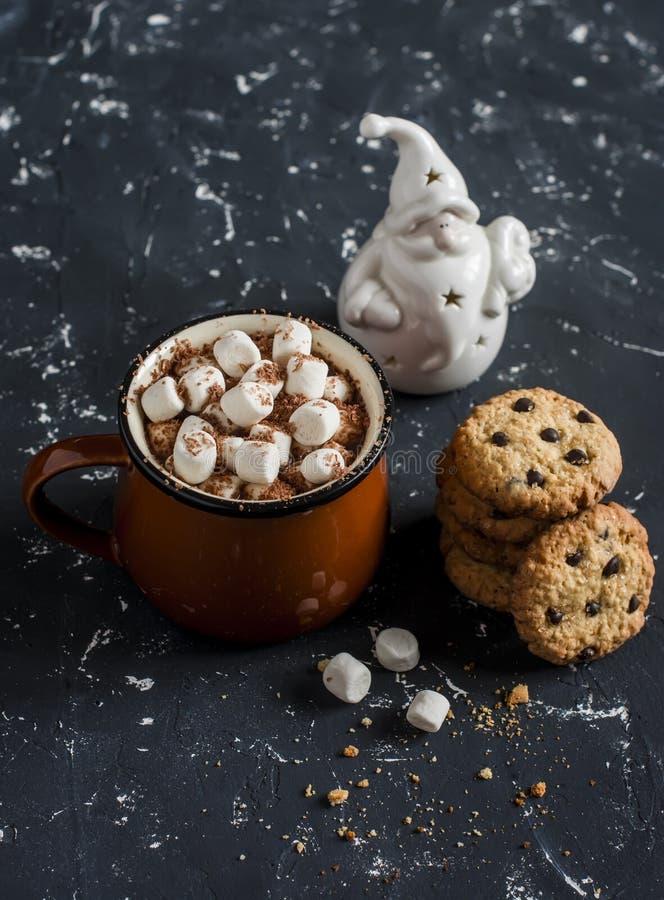 Le chocolat chaud, les gâteaux aux pépites de chocolat et le Noël ornementent Santa Claus photographie stock libre de droits