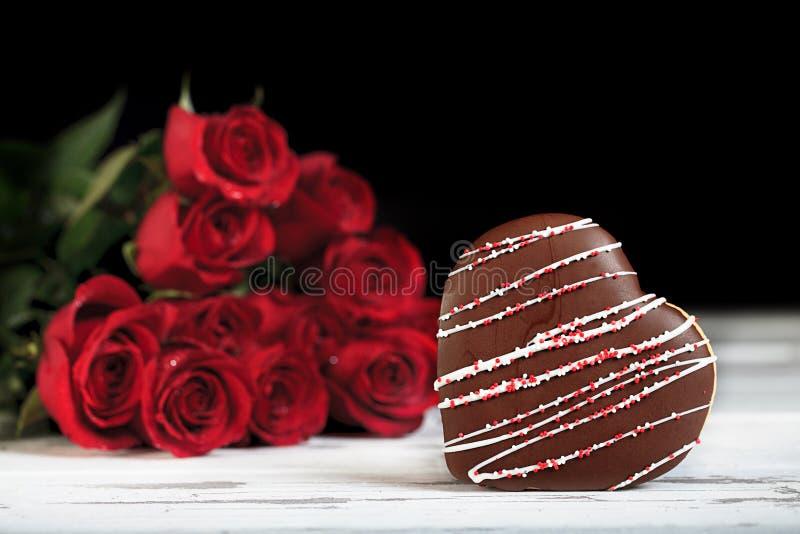 Le chocolat a couvert le biscuit en forme de coeur photo libre de droits