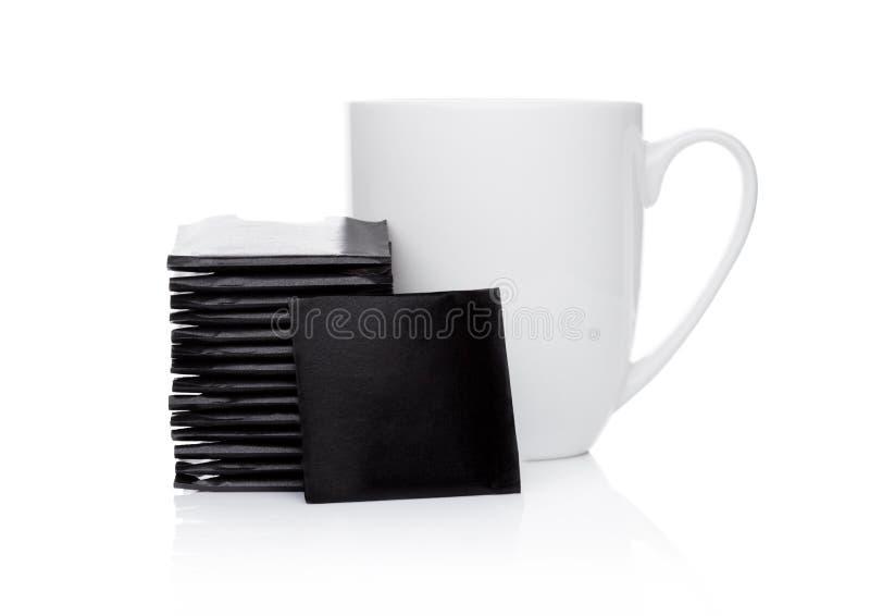 Le chocolat en bon état amincit sur le blanc avec la tasse de thé image stock