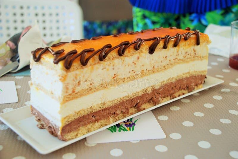 Le chocolat et la crème fantastiques durcissent avec le jaune d'oeuf doux image stock
