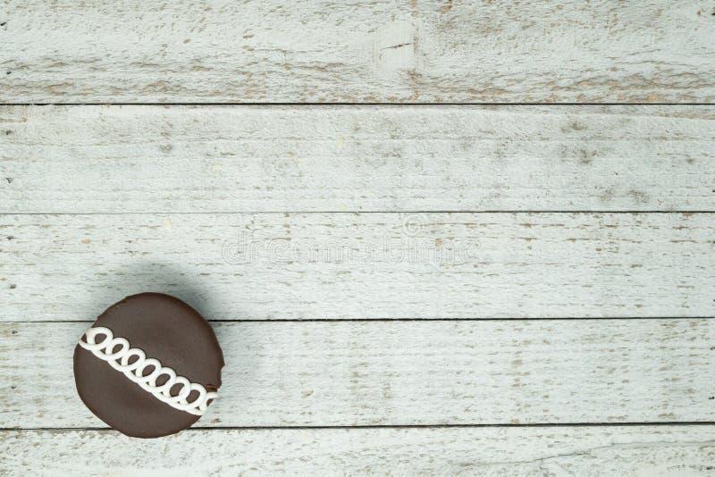 Le chocolat a tourbillonné petit gâteau décoré sur le fond en bois photo stock