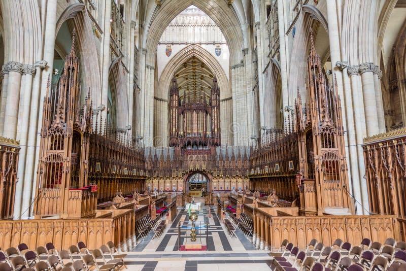 Le choeur cale dans une église photos stock