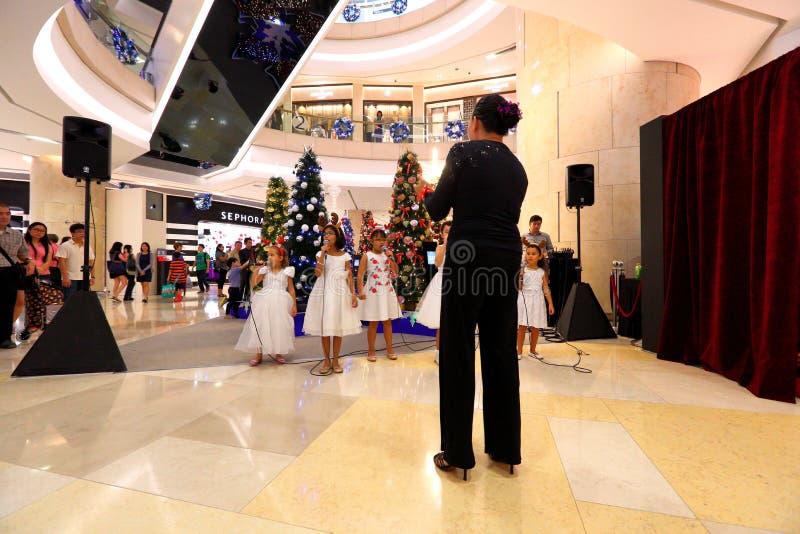 Le choeur de Singapour exécutent des chants de Noël images stock