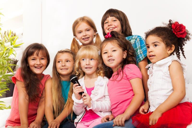 Le choeur des enfants chantent photo stock